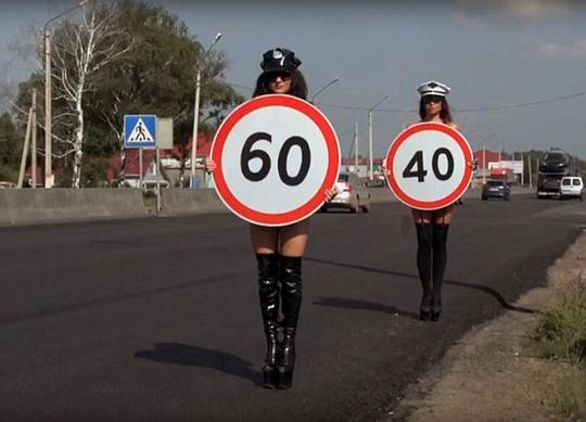 Nga: Người mẫu ngực trần tuyên truyền an toàn giao thông