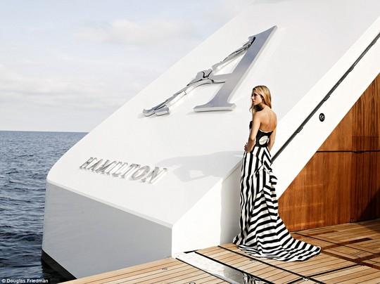 Vợ tỉ phú đang tạo dáng bên du thuyền siêu sang