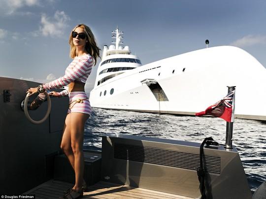 Siêu du thuyền Motor Yatch A hiện đang neo đậu ở sông Thames, London – Anh. Sở hữu trọng lượng gần 6.000 tấn, chiều dài gần 120 mét cùng nội thất xa xỉ, siêu du thuyền của tỉ phú Andrey Melnichenko ngay lập tức thu hút được sự chú ý ở London. Theo tạp chí Forbes, ông Andrey Melnichenko sở hữu tài sản 8.5 tỷ bảng Anh, xếp hạng 11 trong danh sách những người giàu nhất Nga. Vợ của ông Andrey Melnichenko là cựu ca sĩ nhạc Pop, Aleksandra Melnichenko