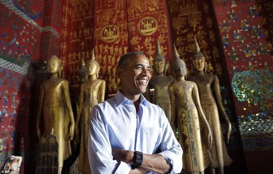 Ông Obama trong chùa Wat Xieng Thong. Ảnh: AP