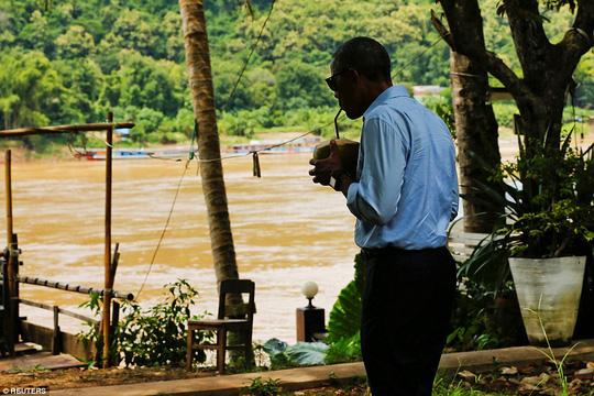 Giải khát bằng nước dừa của địa phương. Ảnh: REUTERS