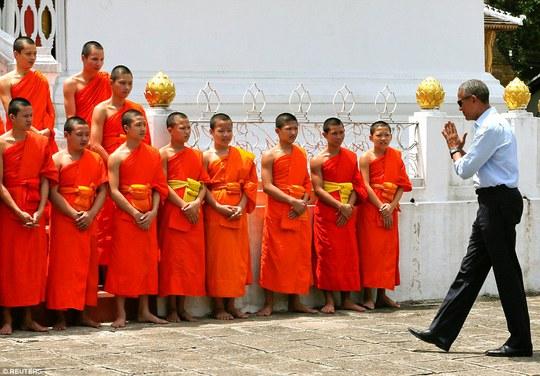 Tổng thống Obama gặp gỡ các nhà sư tại chùa Wat Xieng Thong. Ảnh: REUTERS