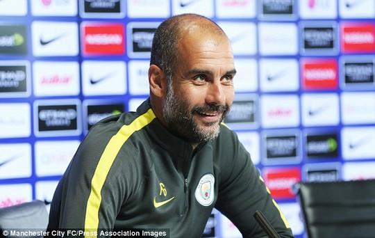 HLV Pep Guardiola trong buổi họp báo