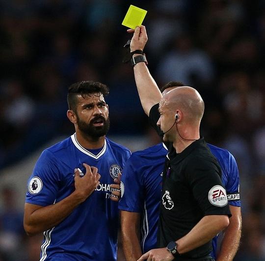 Costa nhận thẻ vàng trong trận gặp West Ham mùa này