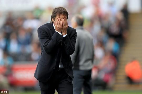Conte có lẽ vì quá bức xúc trọng tài nên không còn quan tâm đến chấn thương của Terry