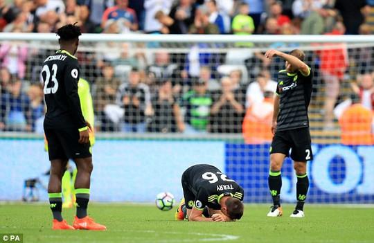 Terry rời sân trên nạng, Conte vẫn dửng dưng