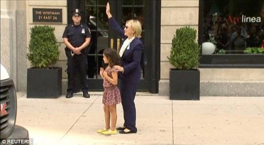 Bà Clinton ôm một đứa trẻ trên đường khi đang bệnh. Ảnh: Reuters