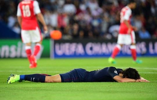 Cavani thất vọng sau khi không thể ghi bàn vào lưới trống Arsenal