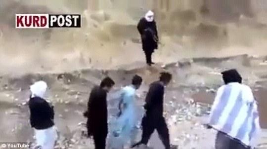Ba người đàn ông bị trói được cho là tù nhân của IS