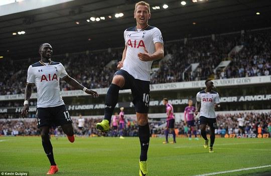 Harry Kane ăn mừng bàn thắng ở phút 59 sau pha sút bóng cận thành