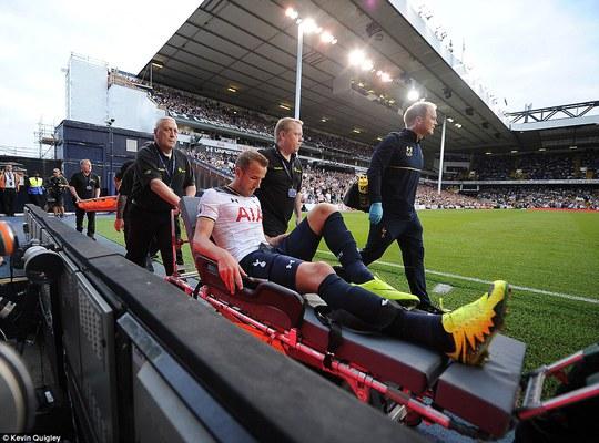 Harry Kane rời sân trên cáng sau khi bị chấn thương mắt vì Sunderland đá quá rắn