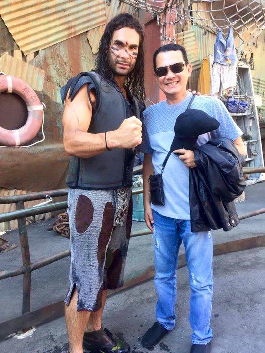 NSƯT Hữu Châu và một nhân vật trong khu du lịch Hollywood tại Mỹ