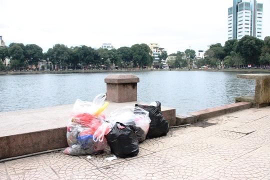 Người dân đã có ý thức tự gom rác thải vào một chỗ khi đi thả cá chép