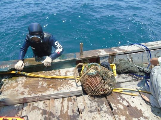 Và một trong số họ đã mang chiến lợi phẩm từ đáy biển trở về