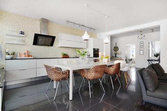Phòng bếp thanh lịch, hiện đại với việc lựa chọn những món đồ nội thất đơn giản trên nền trắng tinh tế.
