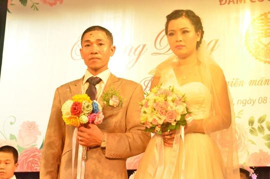 Đôi vợ chồng Hoàng Dũng -Thu Hương cầm tay trên sân khấu khiến bên dưới rất nhiều người xúc động