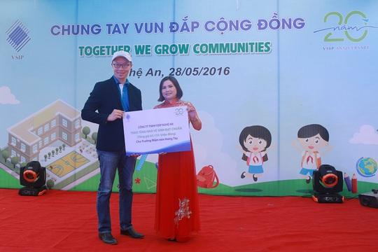 Đại diện VSIP ( bên trái) trao kinh phí xây nhà vệ sinh cho một trường mẫu giáo ở Nghệ An