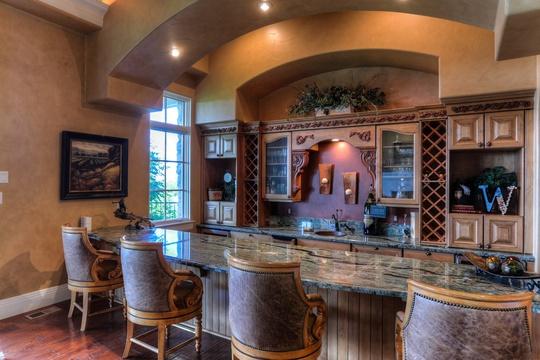 Nhà bếp sang trọng với bàn bếp lát gạch men, hoa văn tinh tế cùng bộ ghế cổ quý tộc.