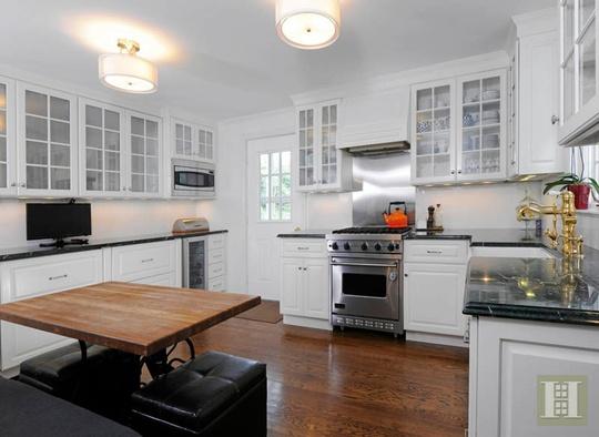 Khu vực nhà bếp hiện đại với tông trắng làm chủ đạo.