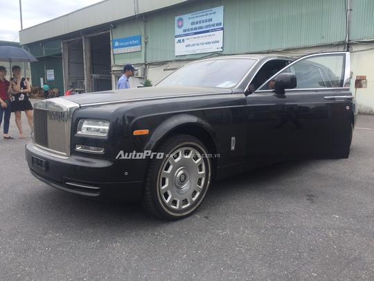Chiếc xe Rolls-Royce Phantom EWB này có các số đo tương ứng 6.092 x 1.990 x 1.640mm (DxRxC) và chiều dài trục cơ sở lên tới 3.820mm.