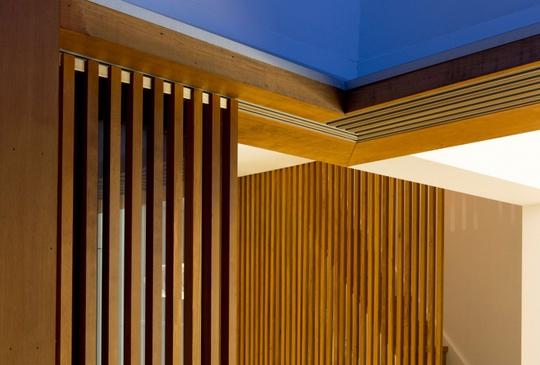 Gỗ là nhân vật chính trong tổng thể căn nhà, bởi vậy chi tiết cửa gỗ được đặc cách thiết kế hết sức độc đáo.