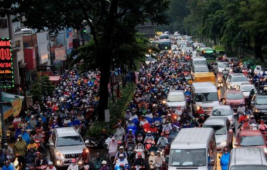 Hàng ngàn phương tiện nhúc nhích di chuyển chậm hơn cả người đi bộ