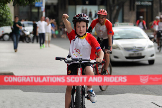Đến TP HCM, cả giả đình ông Scott đều tham gia đạp xe