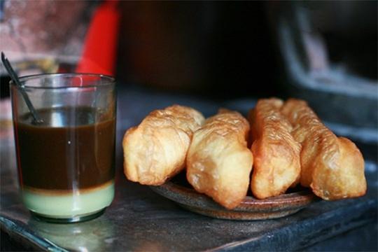 Người Sài Gòn xưa thường dùng bạc xỉu kèm bánh tiêu vào bữa sáng (Ảnh: Saigonamthuc)