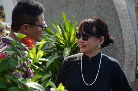 Nữ ca sĩ Trịnh Vĩnh Trinh, em ruột nhạc sĩ Trịnh Công Sơn cũng đến thăm mộ anh trai mình.