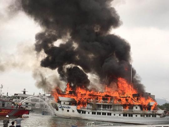 Vụ cháy tàu du lịch Aphrodite trên vịnh Hạ Long vào ngày 6-5