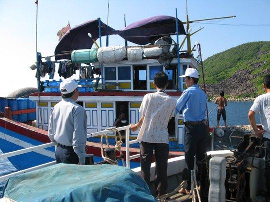 Cơ quan chức năng nhắc nhở tàu đánh cá của ngư dân hoạt động đúng quy định ở khu vực vịnh Nha Trang