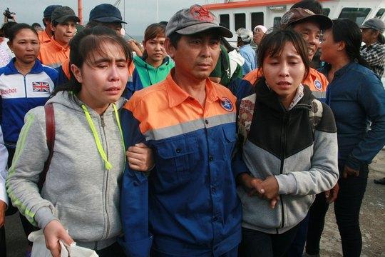 Thân nhân các thuyền viên của tàu QNa-95959 TS không cầm được nước mắt khi đón người thân trở về