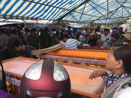 Rất đông người dân đến đưa tiễn các nạn nhân của vụ cháy