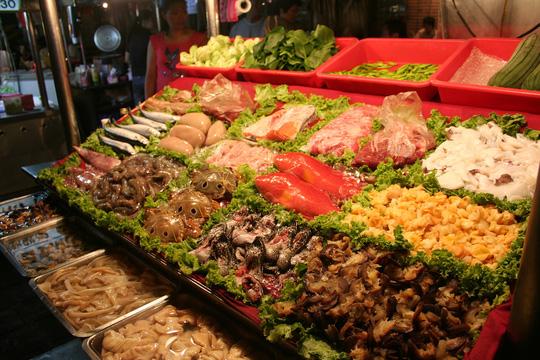 Dù bán ở chợ đêm nhưng hải sản vẫn tươi ngon và cực kỳ phong phú