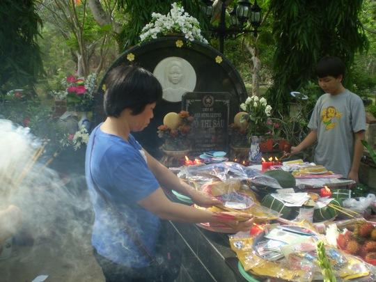 Khách du lịch cúng và lễ bái tại mộ anh hùng liệt sĩ Võ Thị Sáu.