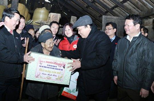 Phó Thủ tướng Nguyễn Xuân Phúc thăm hỏi nông dân tại huyện Sa Pa, tỉnh Lào Cai bị thiệt hại nặng nề do đợt mưa tuyết vừa qua Ảnh: Cao Cường