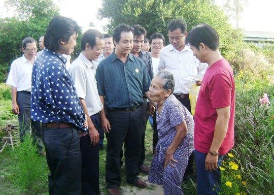 Hằng năm, vào ngày giỗ, các cựu binh Trường Sa đều về thăm mẹ Lê Thị Niệm - mẹ của liệt sĩ Phan Tấn Dư Ảnh: HỒNG ÁNH