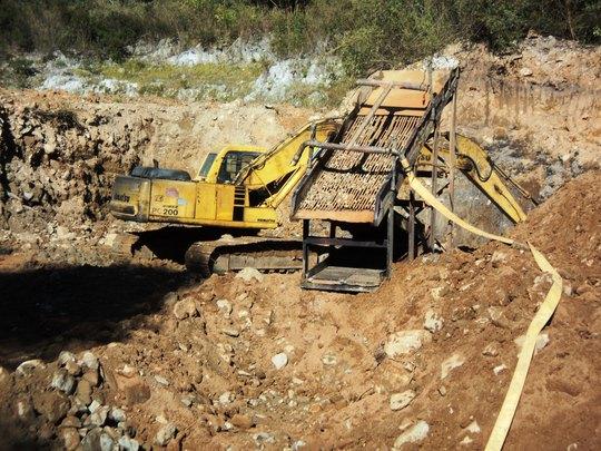 Máy múc và thiết bị đãi vàng tại dự án thủy điện Đắk Brót