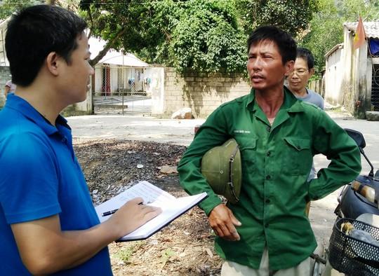Ông Hoàng Kim Nông (phải) phản ánh bức xúc với phóng viên