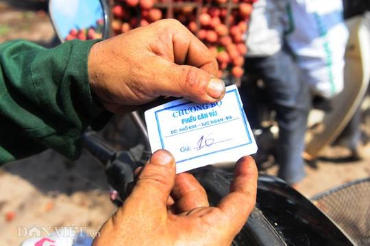 Số lượng tiền cho một cân vải sau một hồi trả giá được ghi trên phiếu giữa thương lái và người bán vải.