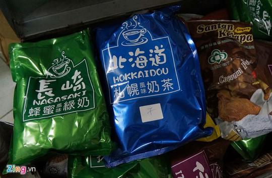 Nguyên liệu dùng để pha chế trà sữa nguồn gốc nước ngoài, chưa qua kiểm định chất lượng, không rõ nguồn gốc.