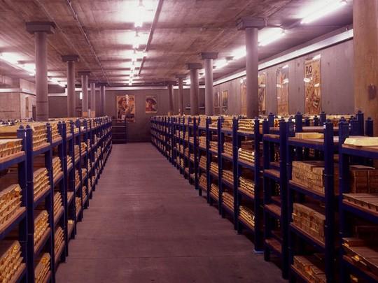 Sau khi được chuyển đến ngân hàng, vàng được cân và xếp chồng lên nhau trên mỗi kệ, khoảng 80 thanh trên mỗi pallet.
