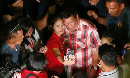 Ông Rodrigo Duterte chụp hình cùng cử tri. Ảnh: AP
