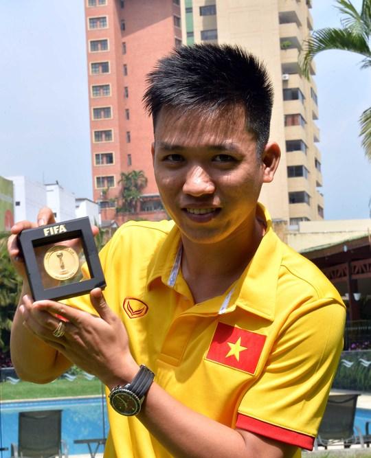 Nguyễn Minh Trí và kỷ niệm chương FIFA futsal World Cup - ảnh: M.Q