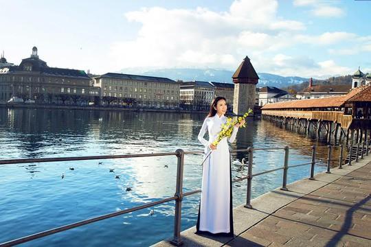 Á khôi doanh nhân 2014 Lê Ngọc Thanh khoe áo dài trắng trên đất Pháp