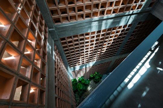 Kiến trúc sư dùng một phần đất xéo cuối nhà làm giếng trời.
