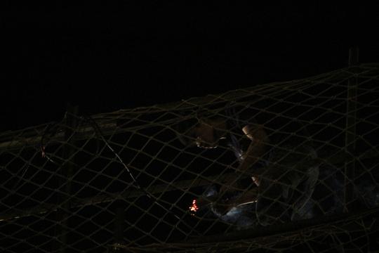 Một công nhân thi công tại công trình Metro đoạn gần cầu Rạch Chiếc (quận 9) thắp những nén nhang cầu may mắn, bình an. Công nhân làm việc ban ngày đã vất vả, ban đêm còn khó khăn nguy hiểm hơn nhiều.