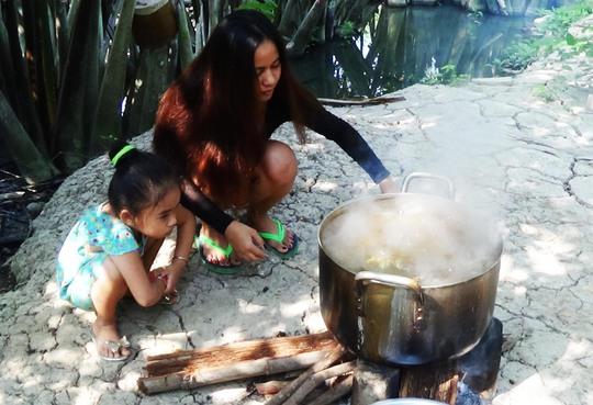 Người dân Khmer chuẩn bị hoa, quả và nấu bánh để đón Tết cổ truyền của dân tộc mình
