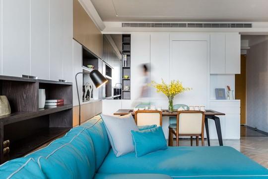 Mọi đồ dùng nhà bếp đều được khéo léo giấu trong những chiếc tủ lưu trữ dọc chiều cao tường nhà.