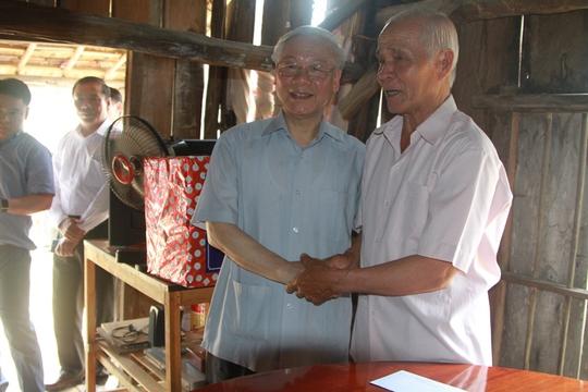 Tổng Bí thư thăm một gia đình chính sách ở xã Diên Điền, huyện Diên Khánh (Ảnh: KNX)